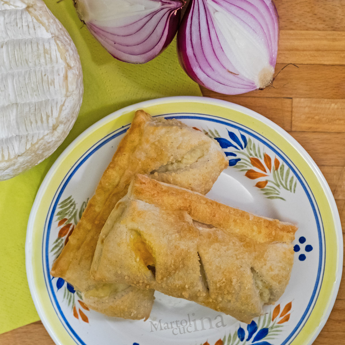 Sfogliatine con cipolle caramellate e camembert
