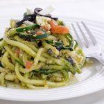 Spaghetti di zucchine con pesto feta e pomodori
