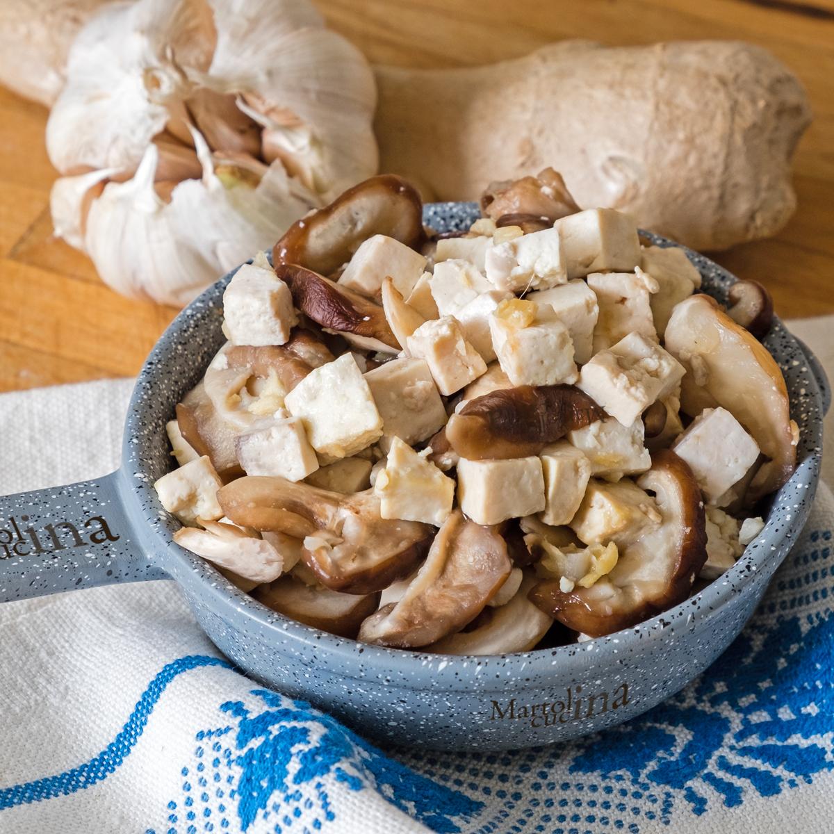 Tofu e funghi in salsa di aglio e zenzero