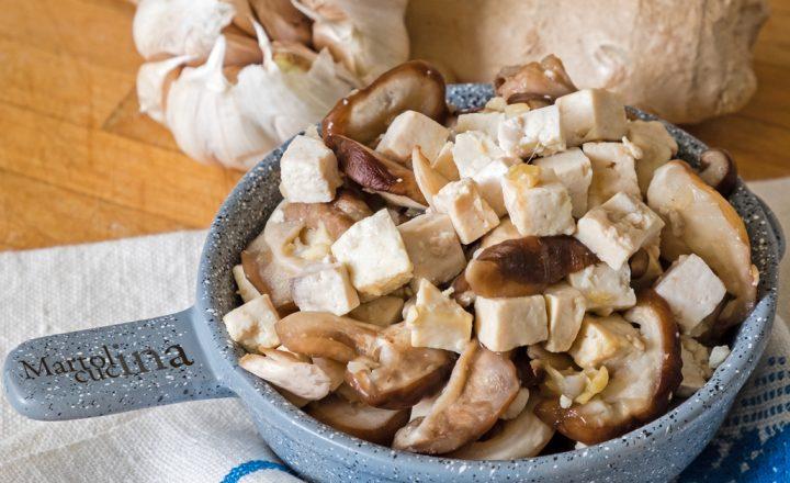 Tofu e funghi in salsa di aglio e zenzero, ricetta facile vegetariana
