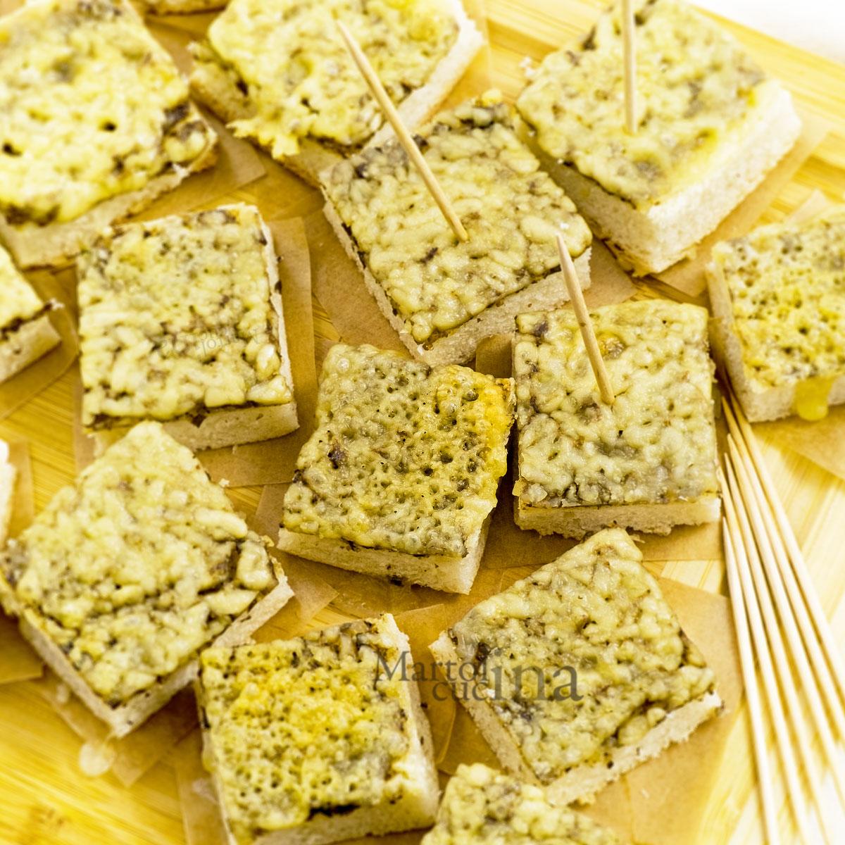 Focaccia con crema di funghi e mozzarella