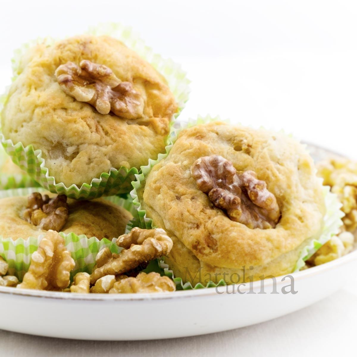 Muffin pere, formaggio e noci