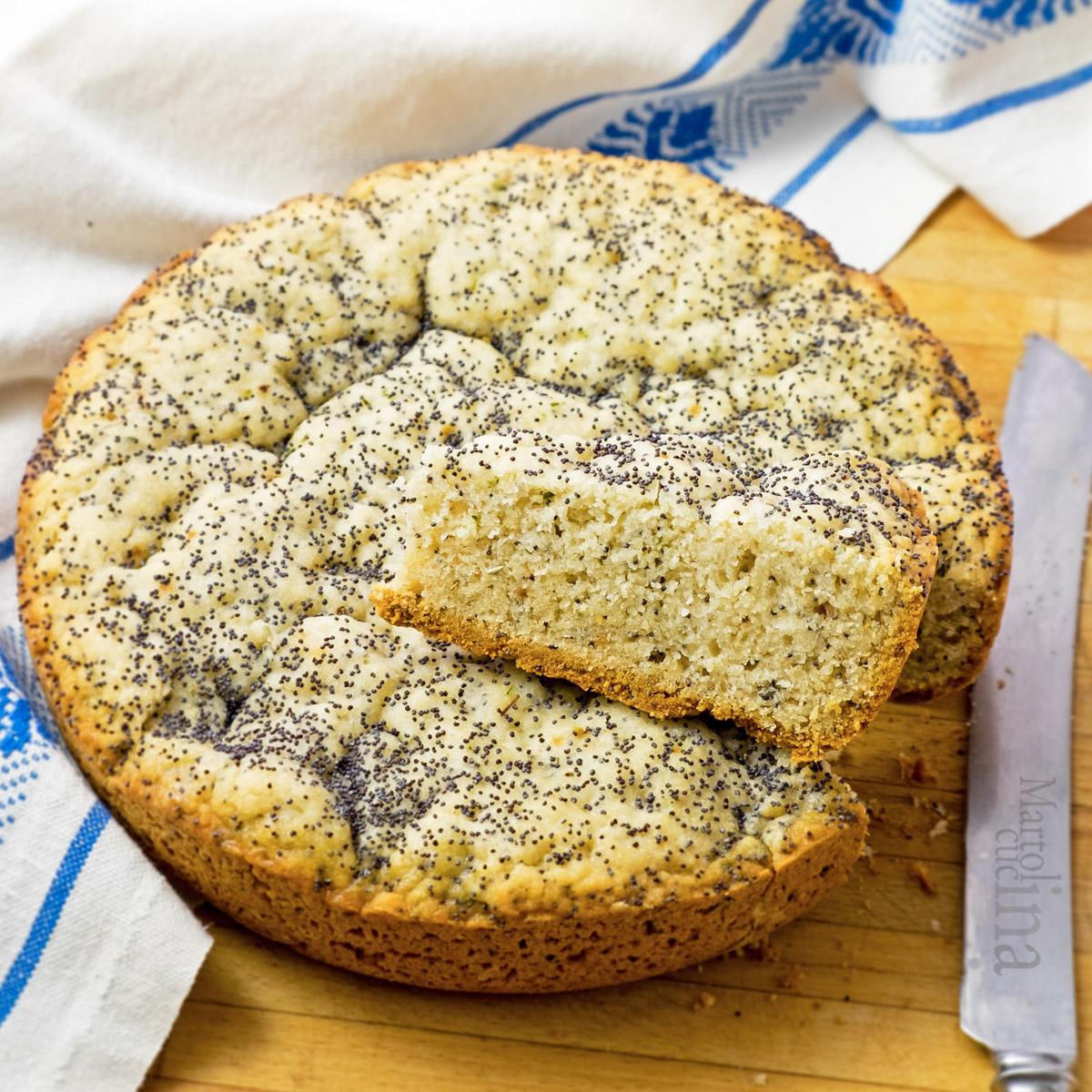 Cake con erbe aromatiche e semi di papavero