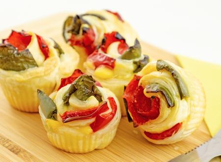 Rose di sfoglia con peperoni e formaggio, ricetta facile