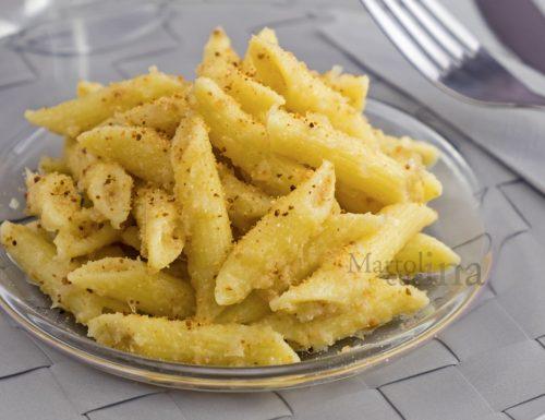 Pasta con crema di cipolle e pangrattato, ricetta facile, primo goloso
