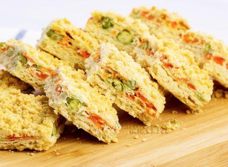 Sbriciolata salata con carote e piselli, ricetta facile