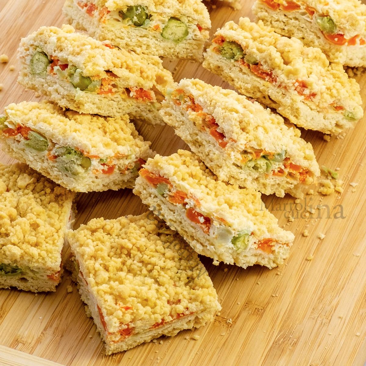 Sbriciolata salata con carote e piselli