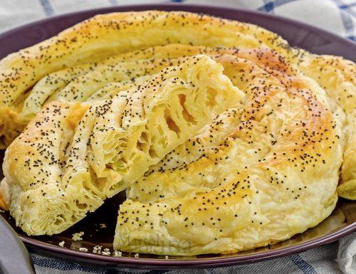 Torta salata con salmone e porri, ricetta facile