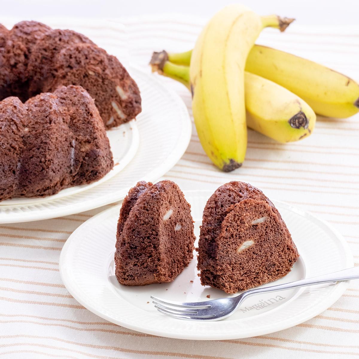 Torta all'acqua con banane e cioccolato