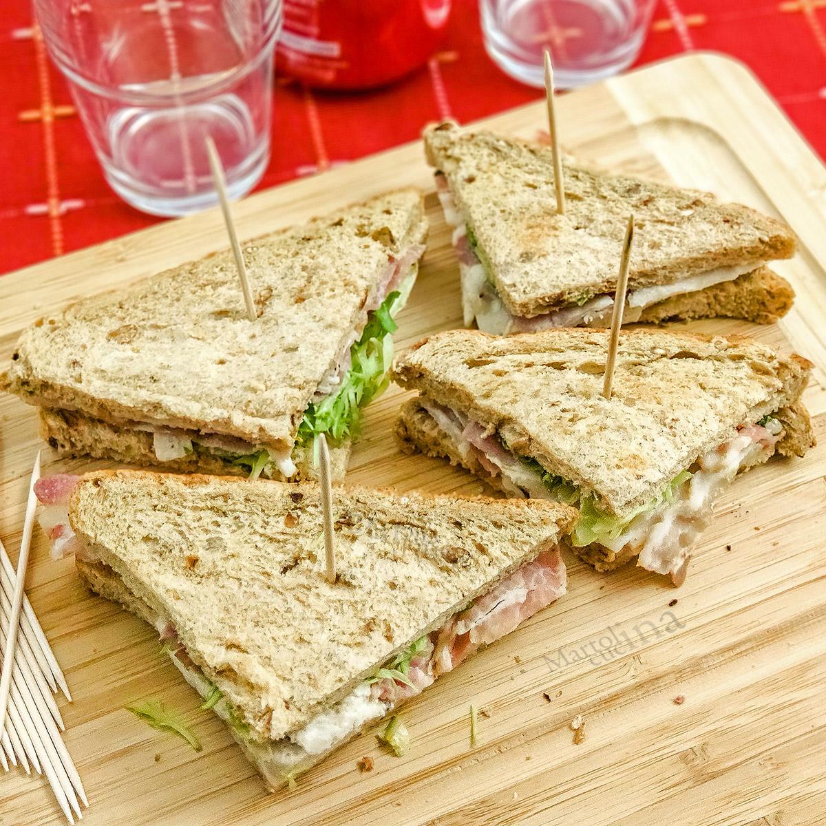 Sandwich pollo uova pancetta