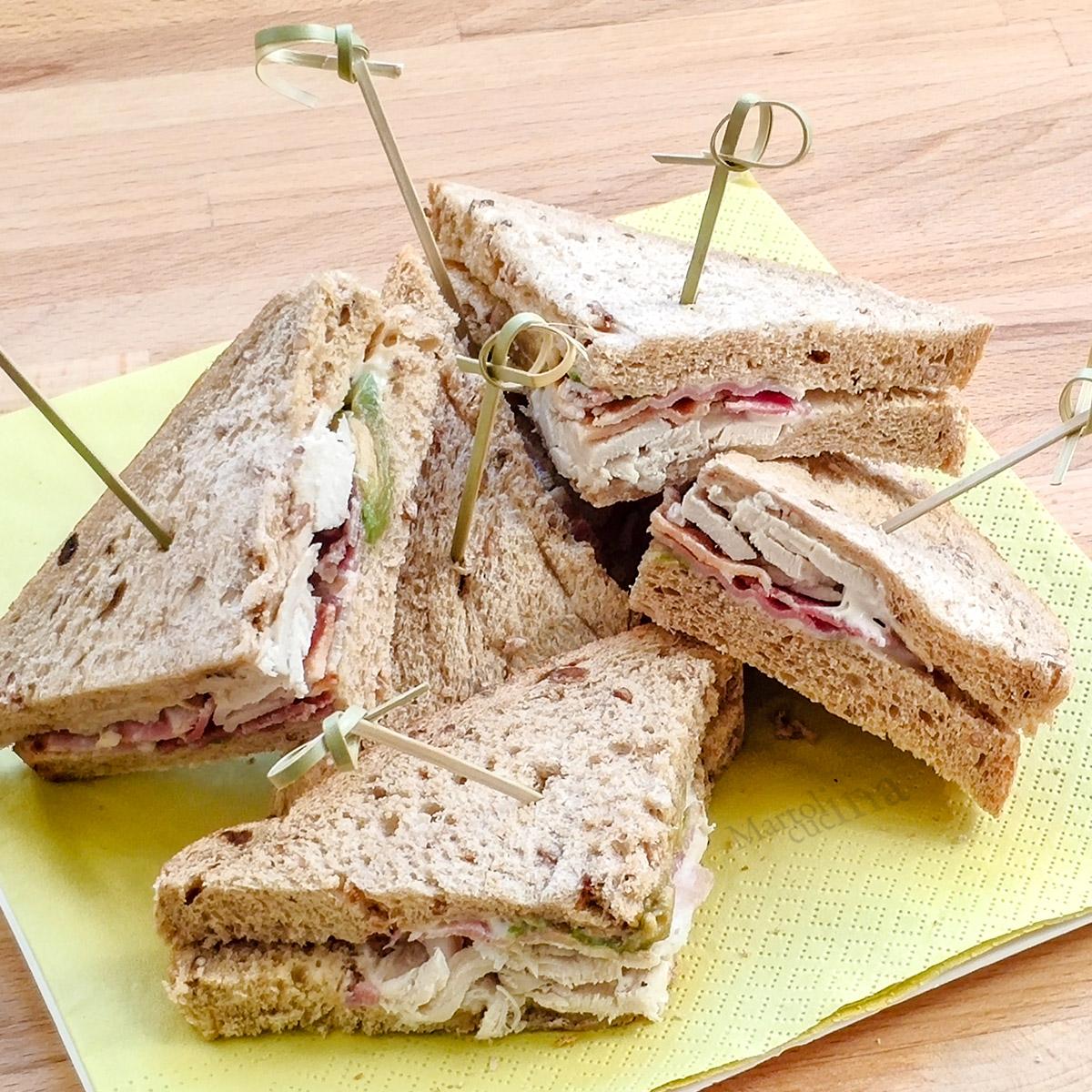 Sandwich di pollo pancetta avocado