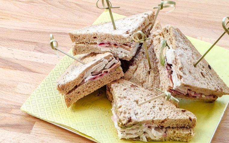 Sandwich di pollo, pancetta e avocado, ricetta facile