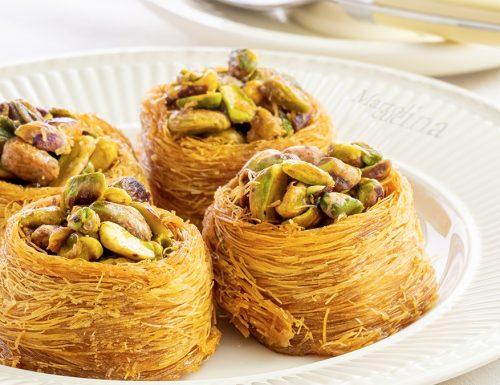Kataifi, dolcetto greco, pasticcino con frutta secca