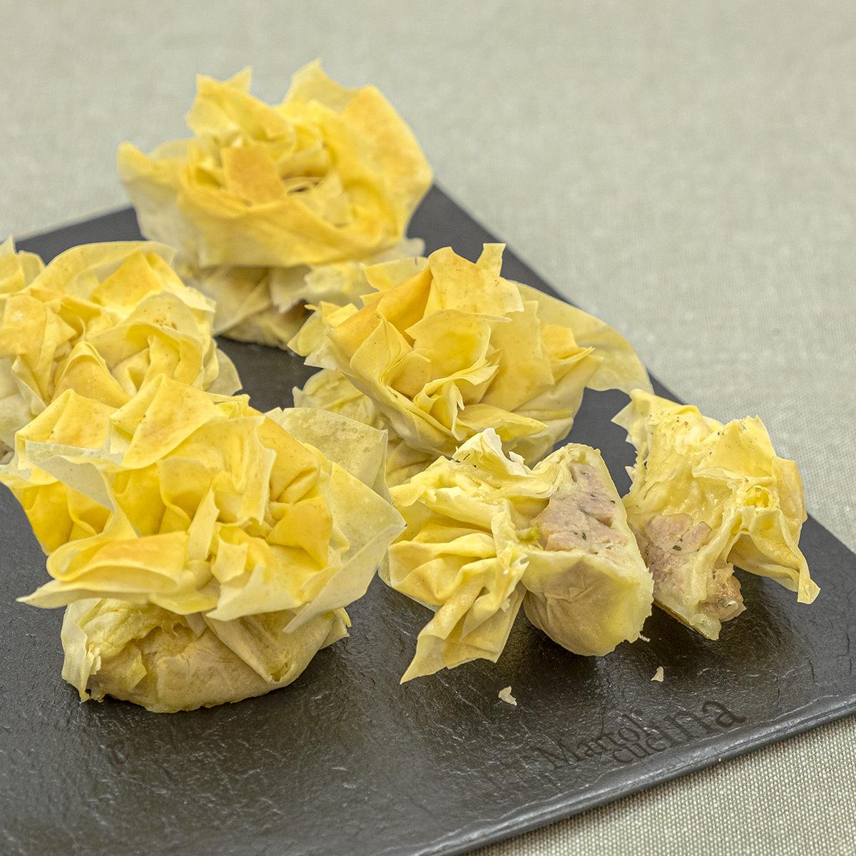 Fagottini croccanti con salsiccia e mozzarella