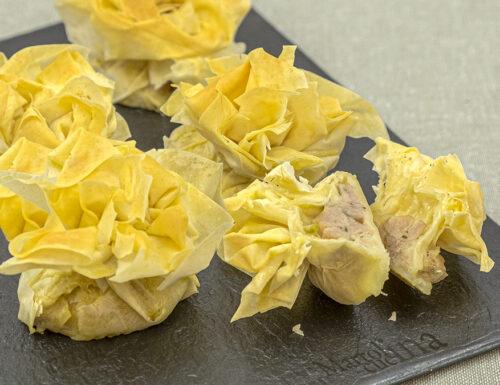 Fagottini croccanti con salsiccia e mozzarella, ricetta sfiziosa e facilissima