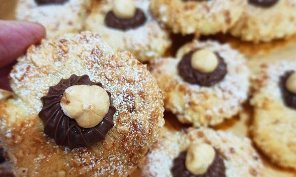 Biscotti con cuore di nutella e granella di nocciole