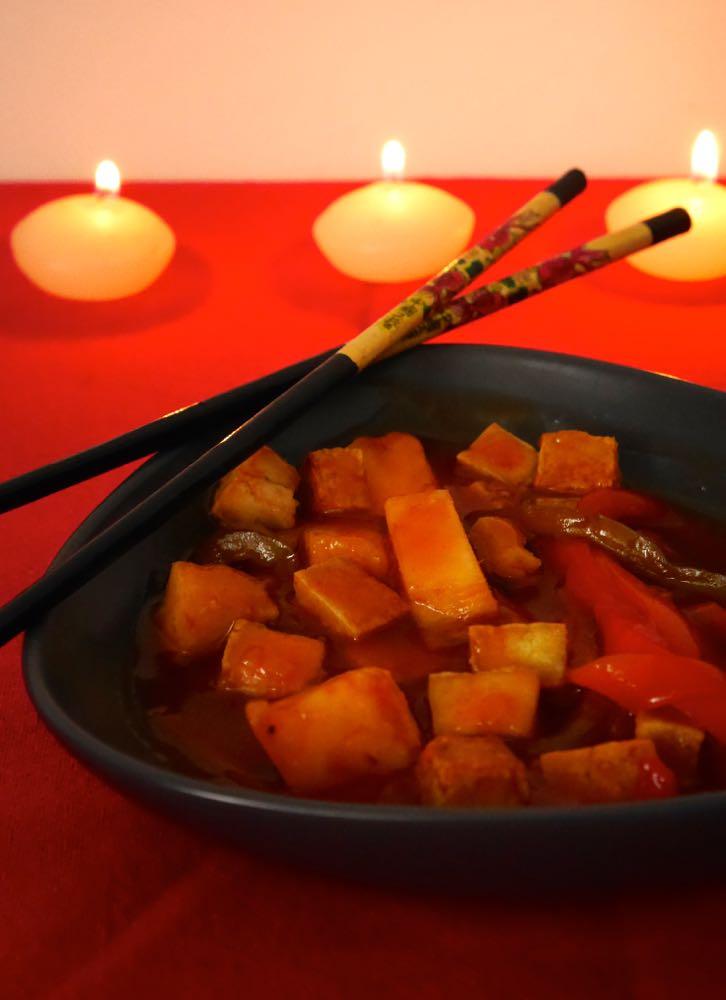 Tofu in agrodolce con ananas e peperoni