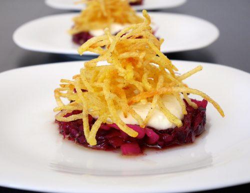 Torretta di cavolo rosso in agrodolce con pinoli, crema di asiago e julienne di patate fritte