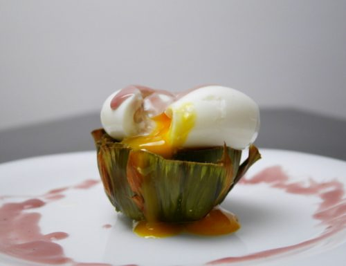 Uova mollette con salsa al vino rosso su letto di carciofi dal cuore filante