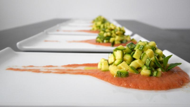 Tartare di zucchine su letto di gazpacho