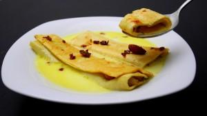 Cannelloni fritti con zucchine e mandorle caramellate su fonduta di Ragusano DOP