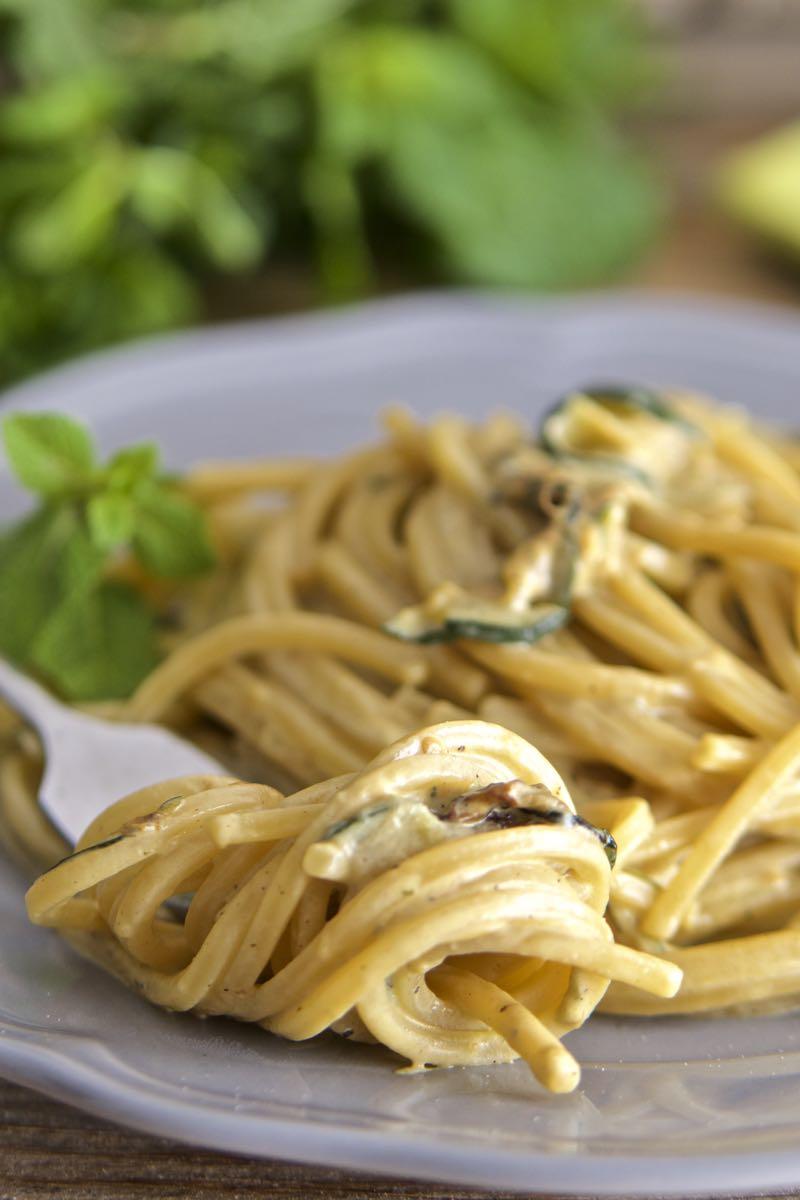 Pasta con crema di zucchine al profumo di menta