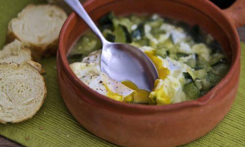 Uova in zuppa di zucchine alla provola