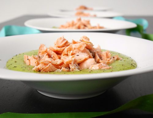 Salmone al vapore su crema di zucchine e patate