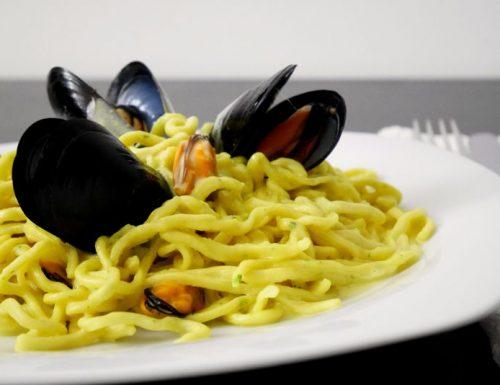 Spaghetti freschi al prezzemolo con salsa di cozze allo zafferano