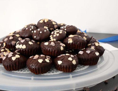 Torta di muffin al cioccolato con gocce di cioccolato