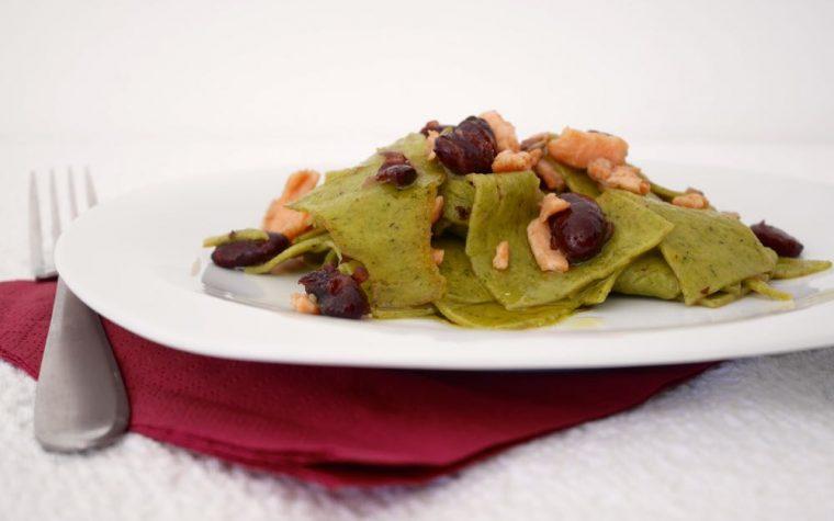 Lasagne verdi spezzate con fagioli rossi e salmone affumicato