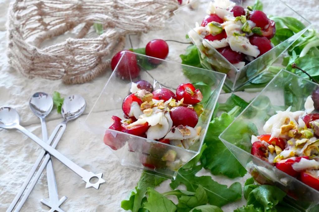 Bicchierini di branzino affumicato, ciliegie e pistacchi