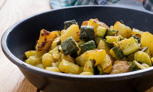Dadolata di zucchine e patate in padella