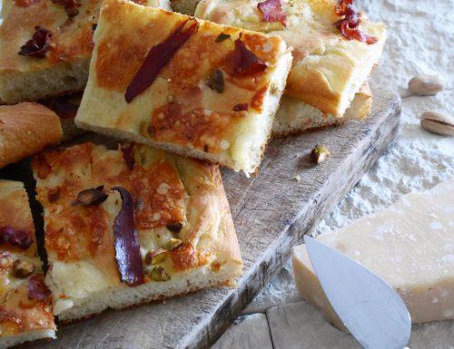 Focaccia bianca con speck, parmigiano e pistacchi