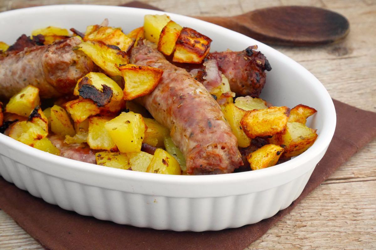 Salsiccia al forno con patate e cipolla