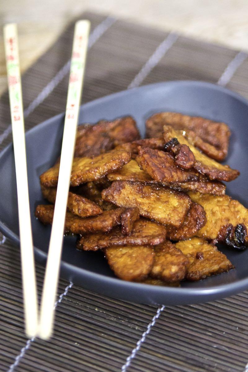 Tempeh fritto con cipolle e salsa di soia