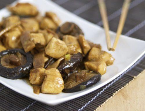 Bocconcini di pollo con bambù e funghi shitake