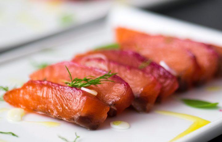 Salmone marinato a secco alla barbabietola