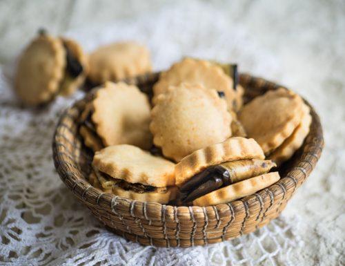 Sandwich di biscotti al caciocavallo e melanzane