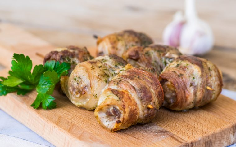 Spiedini al forno con pancetta e salsiccia