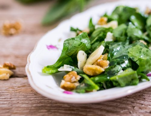 Insalata di spinaci crudi con noci e scaglie di grana