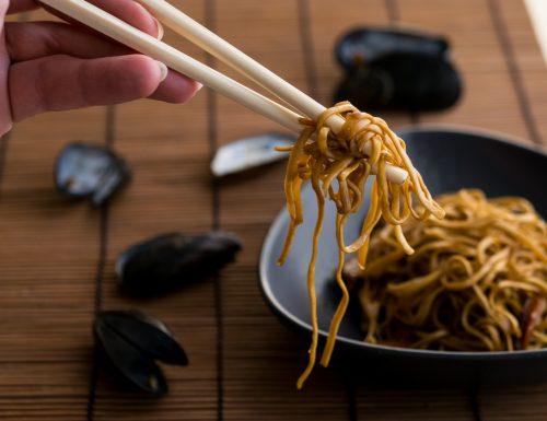 Noodles di frumento con cozze e verdure