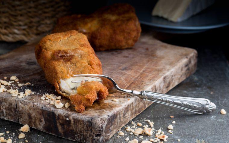 Camembert in crosta con carne e nocciole