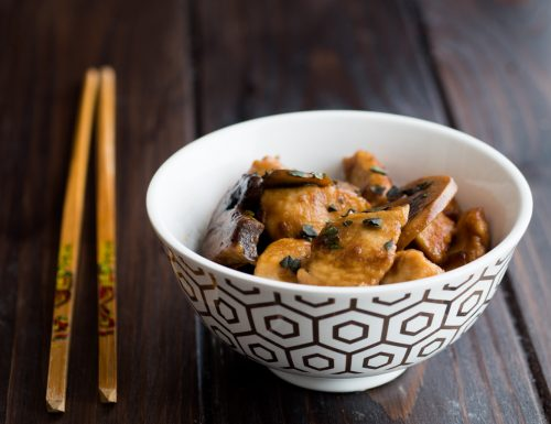 Bocconcini di pollo e funghi con salsa di soia