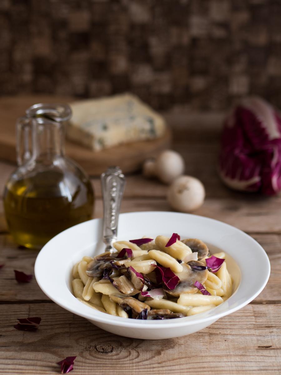 Pasta con gorgonzola, radicchio e funghi