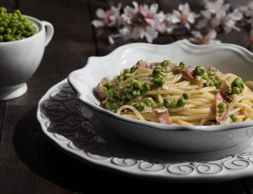 Spaghetti cremosi con speck e piselli