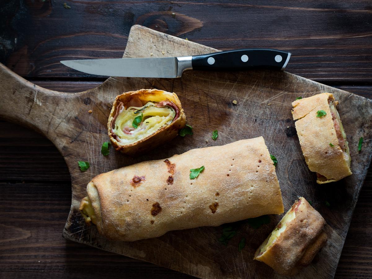 Rotolo salato senza lievito con prosciutto, formaggio e zucchine