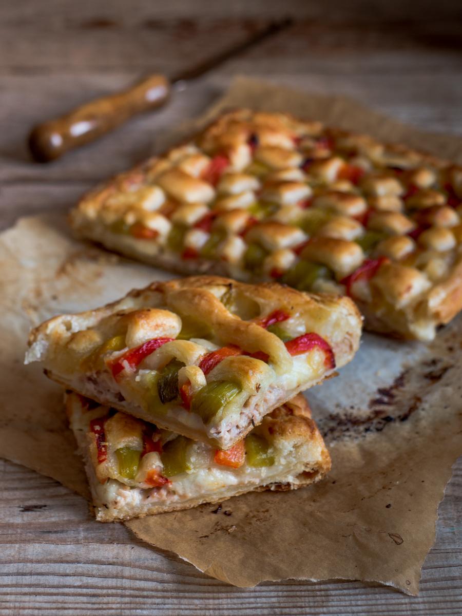 Torta di sfoglia con peperoni, tonno e mozzarella