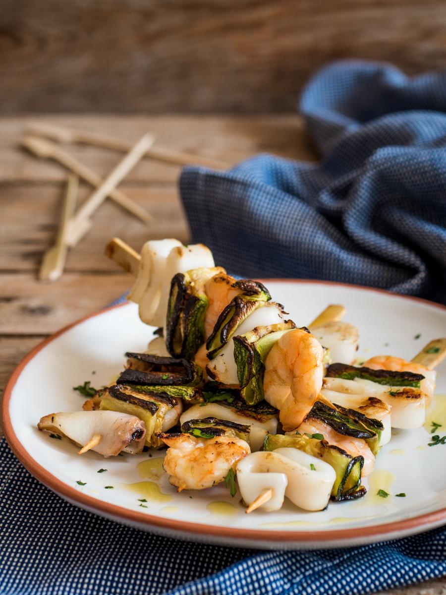 Spiedini di gamberi e calamari grigliati con zucchine