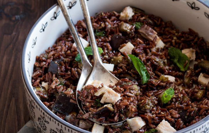 Insalata di riso rosso con spada, melanzane e pesto di menta